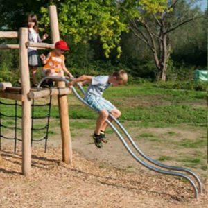 מגדל פעילות מעץ רוביניה עם מגלשה ייחודית,פיברן מומחים בפיתוח ויצור מתקני משחק