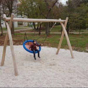 נדנדה לילדים עם מושב ערסל מעץ רובוניה | פיברן מומחים ביצור מתקנים לגני שעשועים