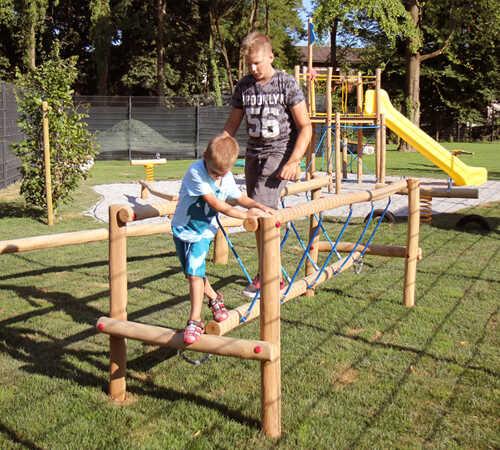 נדנדת שיווי משקל לפעילות ומשחק מעץ רוביניה | פיברן מתקני משחק וריהוט רחוב