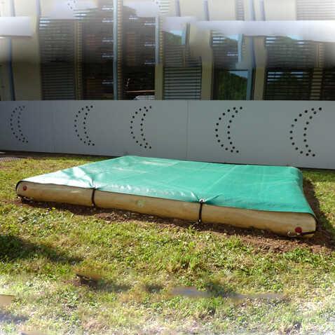 ארגז חול גדול למשחק עם כיסוי מעץ רוביניה | פיברן מתקני משחק וריהוט רחוב