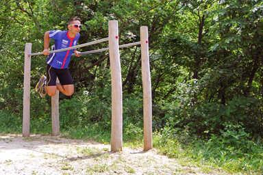 מתקן כושר וספורט מקבילית מעץ רוביניה דגם EKO5003, פיברן מומחים למתקני משחק