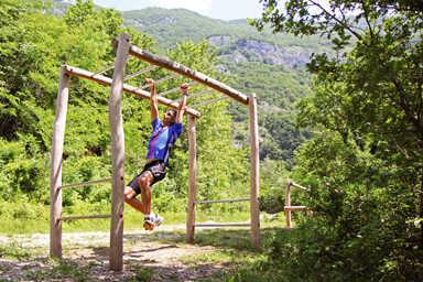 מתקן כושר וספורט סולם אופקי מעץ רוביניה, פיברן מומחים למתקני שעשועים